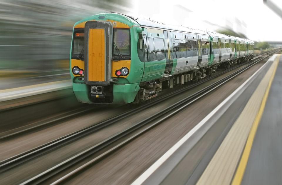 Jak zvýšit šanci na přežití v případě letecké nehody či vykolejení vlaku?